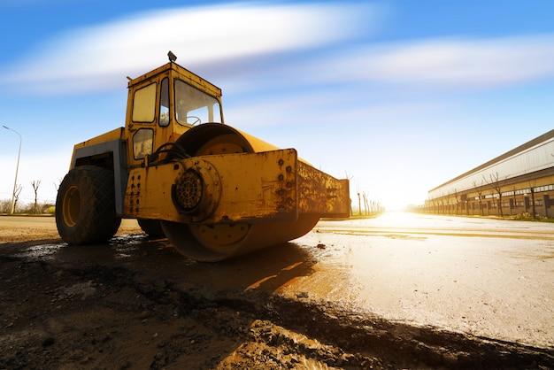 Compacteur de sol vibrant travaillant sur un chantier de construction d'autoroute Photo Premium