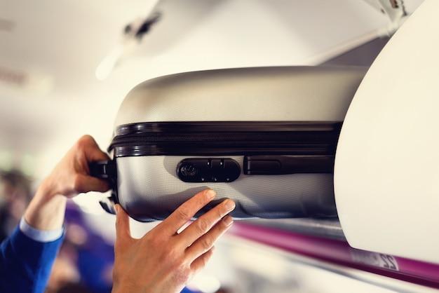 Compartiment à Bagages à Main Avec Valises Dans L'avion. Photo Premium