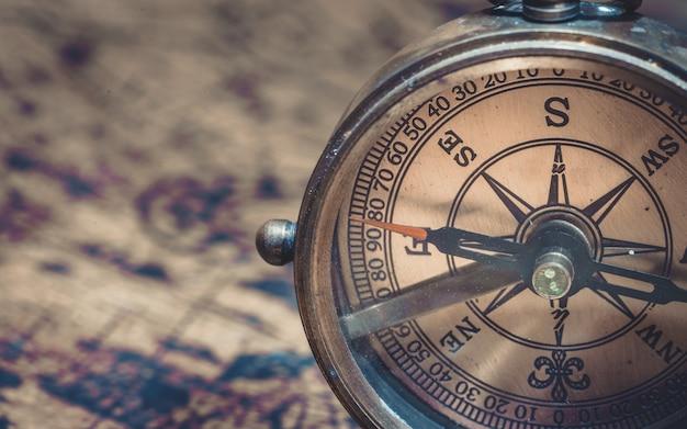 Compas cadran nautique en laiton antique Photo Premium