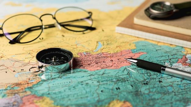 Compas magnétique et stationnaire sur la carte. Photo Premium