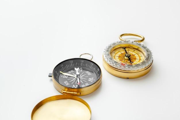 Compas en métal isolé sur blanc se bouchent Photo Premium