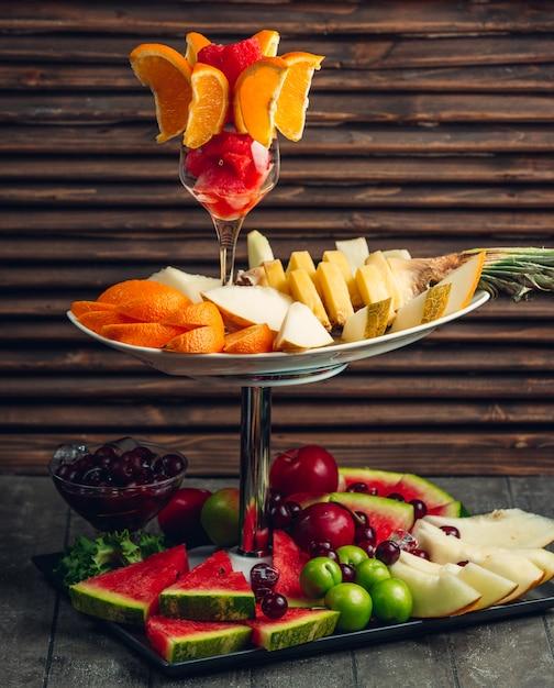 Compilation de fruits directement sur la table Photo gratuit