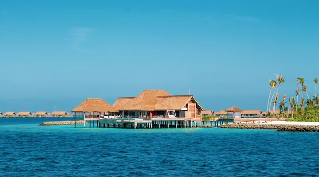 Complexe Luxueux Sur Une île Aux Maldives. Photo Premium