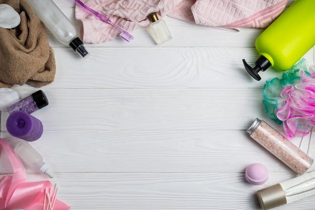 Composition avec accessoires de bain brosse à dents gommage serviette gel douche serviette sur un fond en bois blanc avec fond Photo Premium