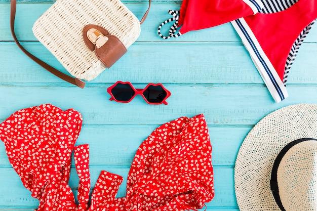 Composition d'accessoires d'été sur fond bleu Photo gratuit