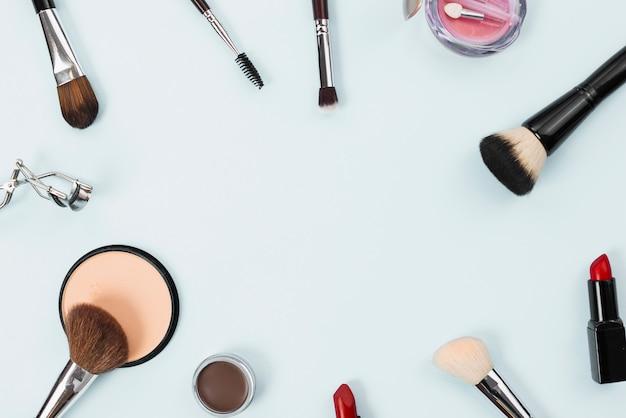 Composition avec accessoires de maquillage beauté sur fond clair Photo gratuit