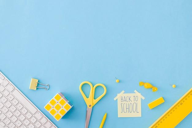 Composition d'accessoires scolaires sur bleu Photo gratuit