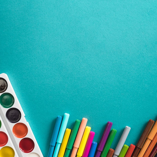 Composition d'aquarelle et de feutres pour le dessin Photo gratuit