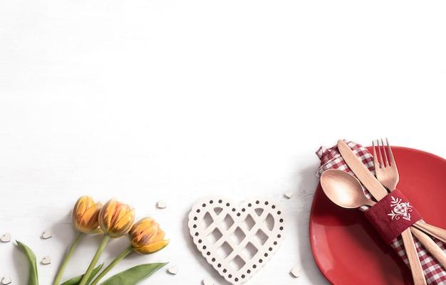 Composition Avec Une Assiette Et Des Couverts Pour Un Dîner Romantique Pour La Saint Valentin. Concept De Rencontre. Photo gratuit