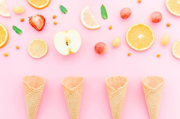 Composition d'assortiment de fruits et cornets de glace Photo gratuit