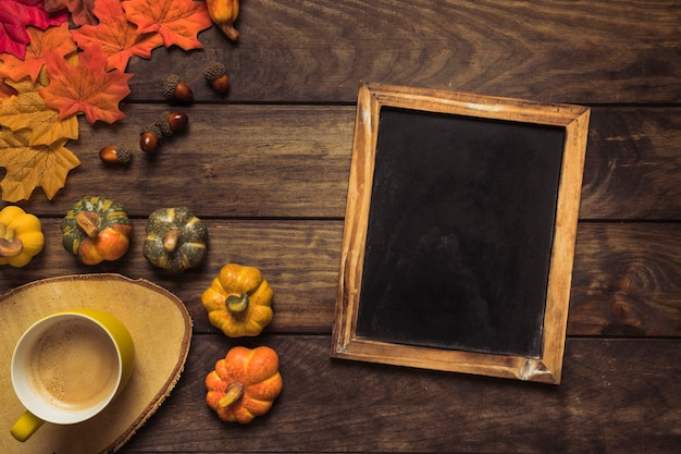 Composition d'automne avec cadre de tableau et café Photo gratuit