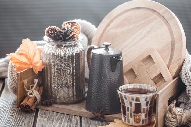 Composition D'automne Avec Des éléments De Décoration Intérieure Avec Des Feuilles à L'intérieur Du Salon, Le Concept De Confort De La Maison Photo Premium