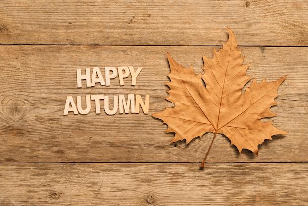Composition d'automne avec feuille Photo gratuit
