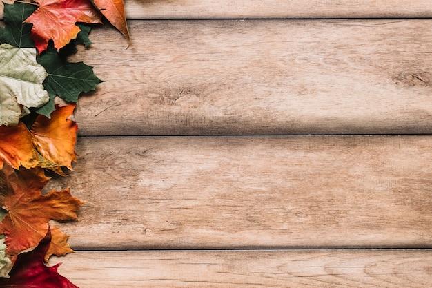 Composition d'automne avec des feuilles d'érable sur fond en bois Photo gratuit