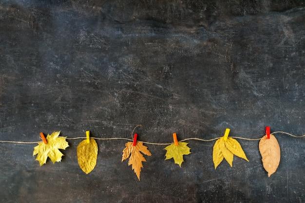 Composition d'automne avec des feuilles d'or Photo Premium