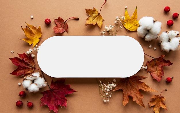 Composition D'automne. Papier Vierge, Fleurs Séchées Et Feuilles Sur Fond Marron. Automne, Concept D'automne. Photo Premium
