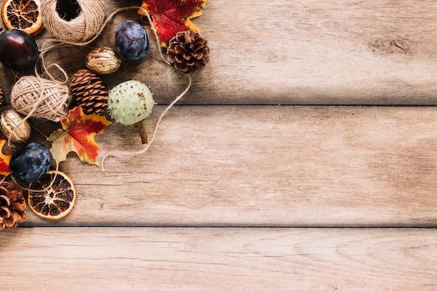 Composition d'automne avec la récolte et les clews sur fond en bois Photo gratuit