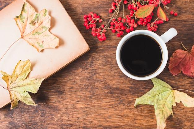 Composition d'automne vue de dessus avec café et feuilles Photo gratuit