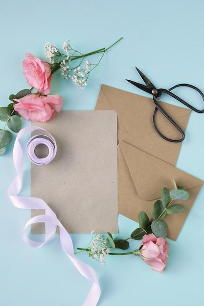 Composition Avec De Belles Fleurs Et Enveloppes Photo gratuit