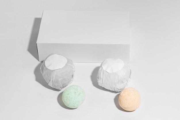 Composition De Bombes De Bain Sur Fond Blanc Photo gratuit