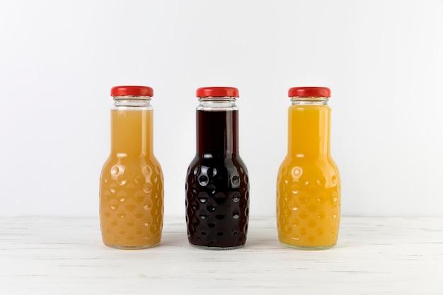 Composition des bouteilles de jus sur la table Photo gratuit