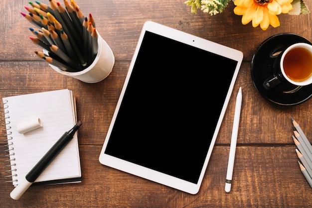 Composition de bureau moderne avec dispositif technologique Photo gratuit