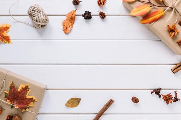Composition de cadre automne sur fond en bois blanc Photo gratuit