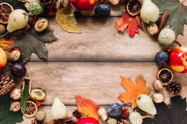 Composition de cadre automne avec récolte sur fond en bois Photo gratuit