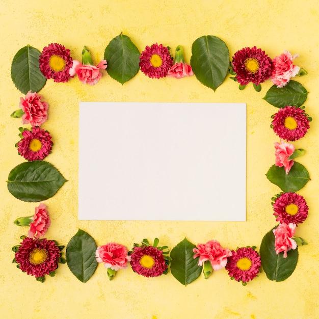 Composition De Cadre De Fleur Naturelle Festive Et Carte Blanche D'espace De Copie Photo gratuit