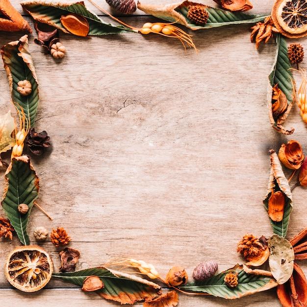 Composition de cadre floral automne sur fond en bois Photo gratuit