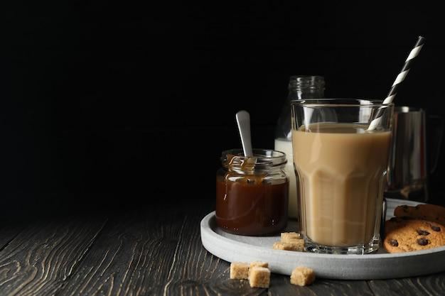 Composition Avec Café Glacé Et Biscuits Sur Un Espace En Bois Photo Premium