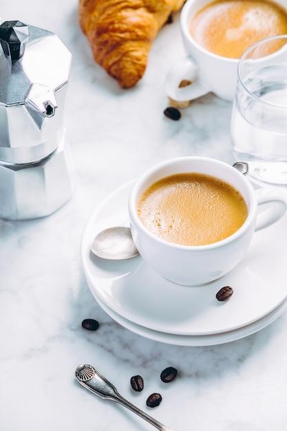 Composition De Café Sur Marbre Blanc. Café Expresso Dans Des Tasses Blanches Photo Premium