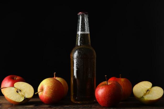Composition Avec Cidre Et Pommes Sur Table En Bois Photo Premium