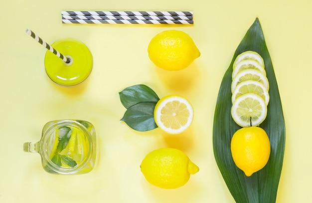 Composition de citron d'été pour la cuisson de la limonade désintoxiquée à la menthe et de la glace dans un bocal en mason jaune. Photo Premium