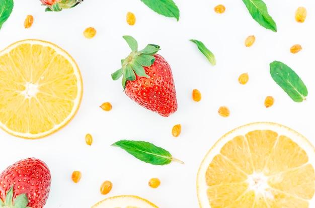 Composition comestible fraîche sur fond blanc Photo gratuit