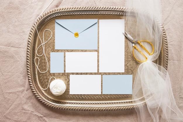 Composition confortable de papiers et d'accessoires Photo gratuit