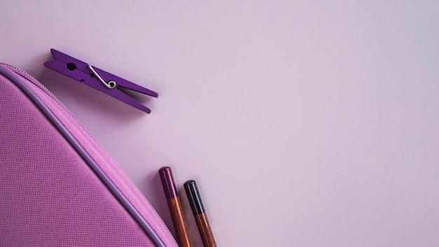 Composition de crayons et épingles Photo gratuit