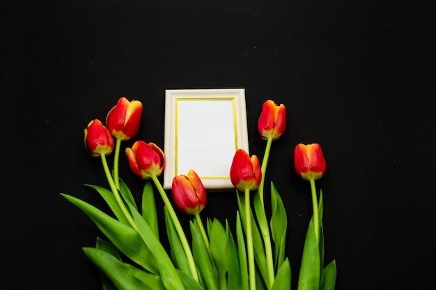 Composition créative avec maquette de cadre photo, tulipes rouges Photo Premium