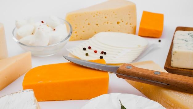 Composition de différents types de fromages Photo gratuit