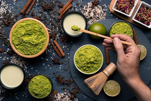Composition de différents types de granulation de thé vert Photo gratuit