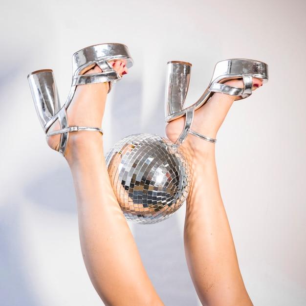 Composition disco des jambes et du ballon Photo gratuit