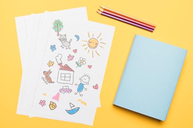Composition du dessin scolaire et du bloc-notes Photo gratuit