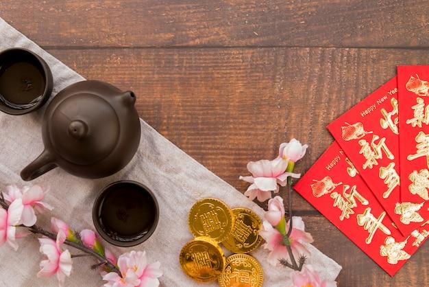 Composition du nouvel an chinois avec du thé Photo gratuit