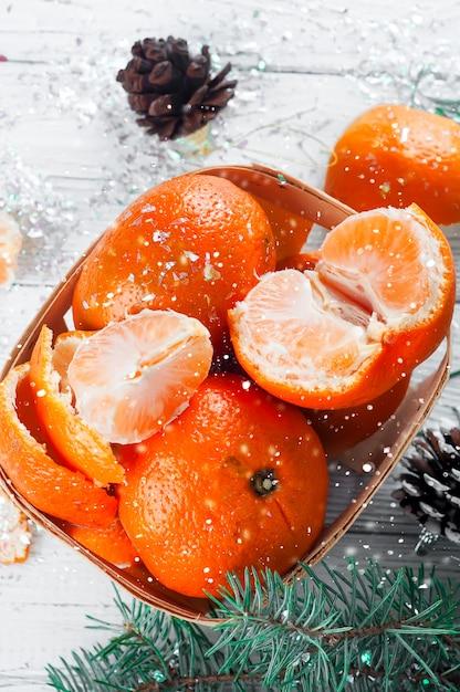 Composition du nouvel an dans le panier avec des mandarines Photo Premium
