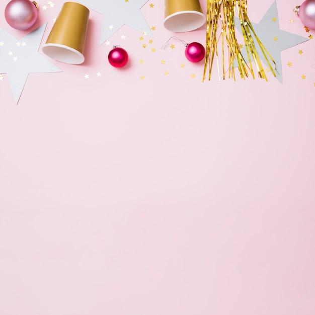 Composition du nouvel an de gobelets en papier avec des boules Photo gratuit