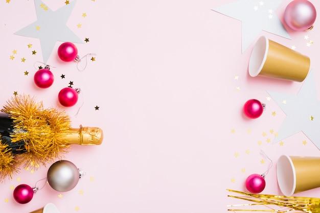 Composition du nouvel an de gobelets en papier avec de petites boules Photo gratuit