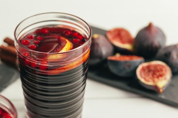 Composition du nouvel an avec vin chaud sur bois sombre Photo Premium