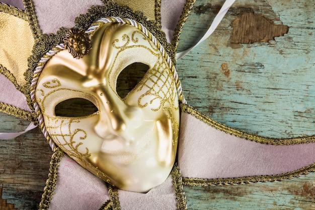 Composition élégante avec masque de carnaval de venise Photo gratuit