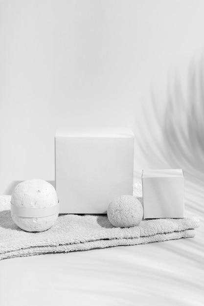 Composition Des éléments Du Spa Sur Fond Blanc Photo gratuit