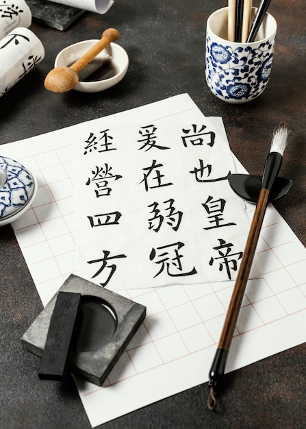 Composition D'éléments D'encre Chinoise à Angle élevé Photo gratuit